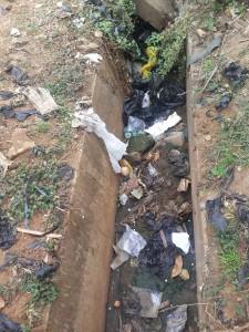 Une canalisation obstruée par les plastiques.
