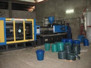 La machine permettant de mouler des contenants plastiques recyclés.