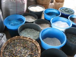 Différentes matières plastiques déchiquetées à Songhaï  pour recyclage.