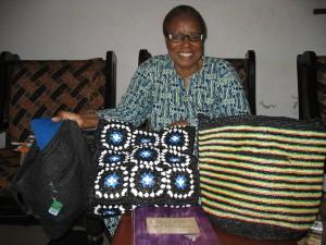 Grâce Dotou Aboh et ses sacs à mains en plastiques tricotés.