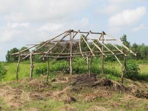 La cabane à outils après l'inondation: il ne reste plus que l'ossature. Tout a été emporté par des trombes d'eau!