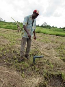 Etienne, le chef du village, devant un forage réalisé grâce à l'appui financier de M'AKAKO