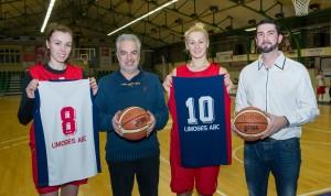 Jean-Paul Robert, président du LABC, entouré d'Anita Mezsaros, et Claire Michel, basketteuses LABC, et Laurent Boutaud, dirigeant du LABC.
