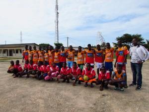 les élèves de Grand-Popo avec les maillots du ROC-ASSJ Handball de Saint-Junien